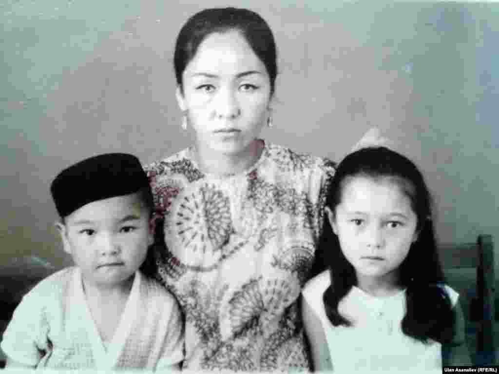 Шайыр Касмалиева с матерью и братом