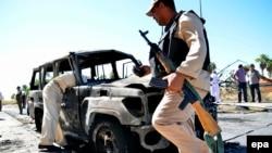 Ushtarë egjiptianë afër një veture të djegur gjatë një sulmi në jug të Gadishullit Sinai, foto nga arkivi