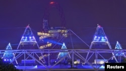 Լոնդոնի Օլիմպիական մարզադաշտից այսպիսի լուսային պատկերներ էին երեւում Օլիմպիադայի բացման արարողության փորձի ժամանակ, 25-ը հուլիսի, 2012թ.