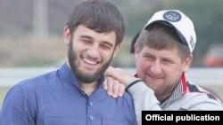 Ибрагим Закриев (сол жақта) және Рамзан Қадыров (оң жақта)