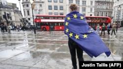 Лондондағы Трафальгар алаңында Ұлыбританияның Еуропа Одағы құрамынан шығуына қарсылық білдіріп тұрған адам. 28 маусым 2016 жыл.