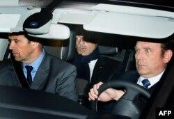 Николя Саркози покидает здание суда в Бордо. Март 2013 года. Расследование тянется долго