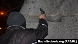 Під час спроби знести пам'ятник Дзержинському в Запоріжжі, 7 листопада 2014 року