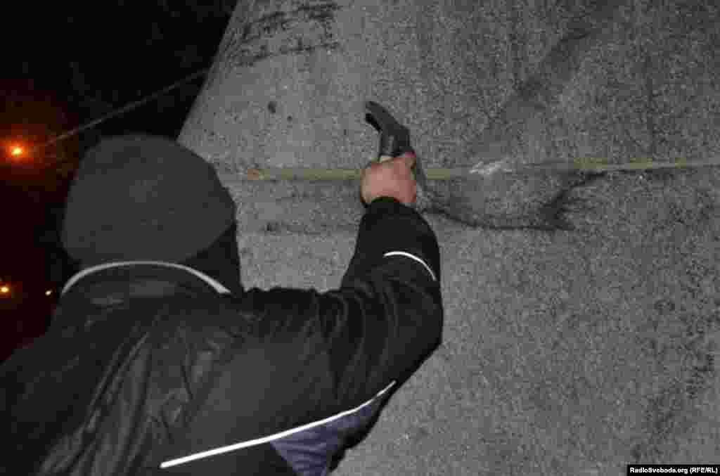 В Запорожье тоже пытались снести памятник Феликсу Дзержинскому. 7 ноября 2014 года