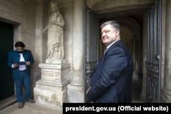 Президент України Петро Порошенко біля скульптури Анні Київській, королеві Франції. Санліс, 26 червня 2017 року