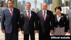 Слева направо: президенты Таджикистана Эмомали Рахмон, России - Дмитрий Медведев, Казахстана - Нурсултан Назарбаев, бывший президент Кыргызстана - Роза Отунбаева.