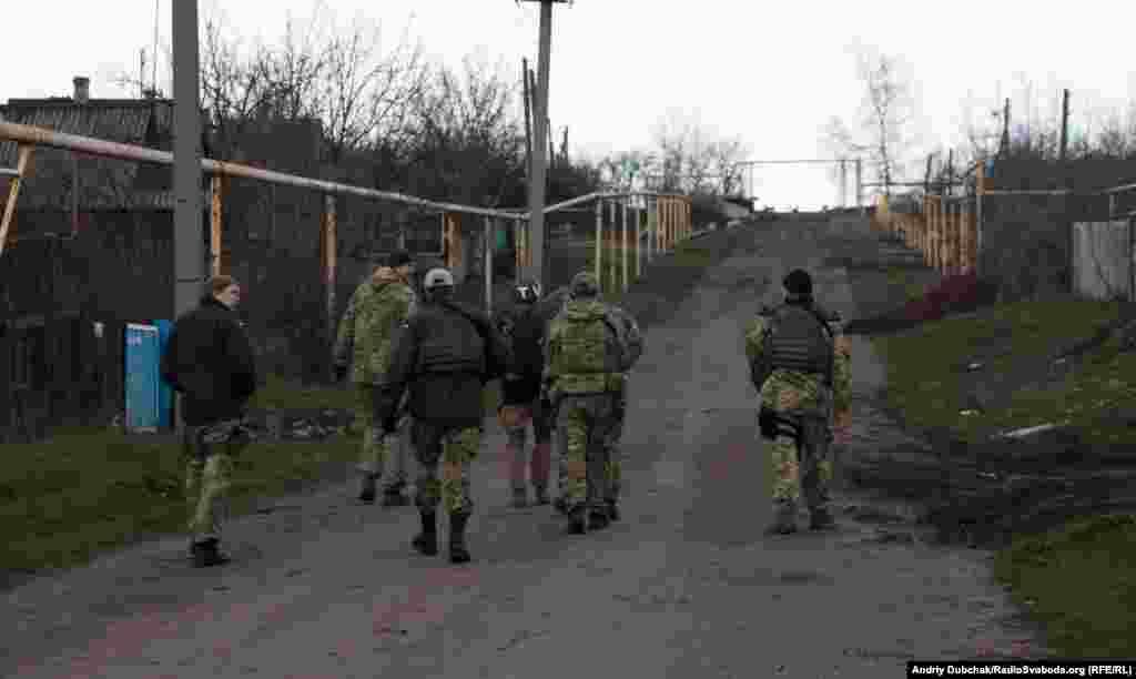 Дорога до села проходить прямо перед позиціями російсько-сепаратистських сил, тому нас, як журналістів, везли у броньованому авто з воєнізованою охороною. У самому селі нашу охорону підсилили ще більше. ДРГ (диверсійно-розвідувальні групи) та ворожі снайпери тут працюють постійно. Крім того, існує постійна загроза мінометного та артелирійського вогню. За провідомленням прес-штабу АТО, у день, коли були й ми, по Зайцеву було випущено 158 мін