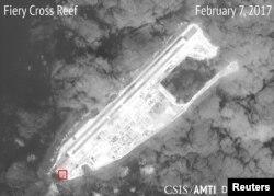 Китайские сооружения на искусственном острове Огненный Крест в Южно-китайском море, февраль 22, 2017 год
