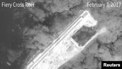 Imagine de satelit arătînd una din insulele artificiale construite de chinezi în Marea Chinei de Sud