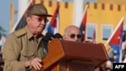 Рауль Кастро выступает с речью на праздновании Дня Революции