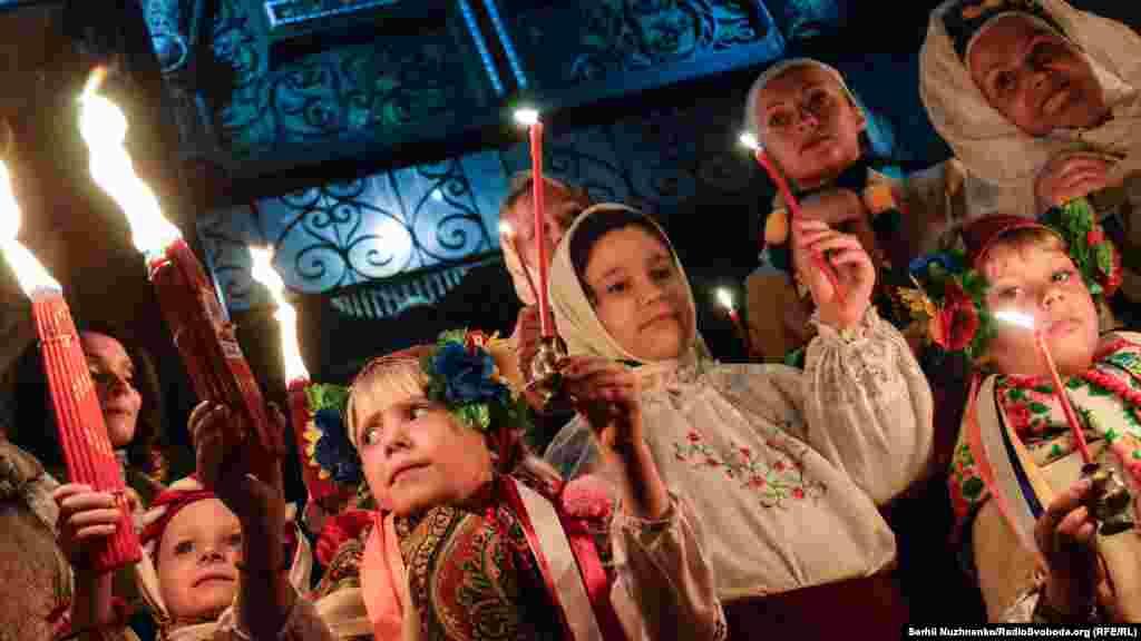 Діти тримають свічки з «благодатним вогнем»
