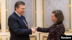 Віктор Янукович і Вікторія Нуланд під час зустрічі в Києві 6 лютого 2014 року, фото прес-служби президента України