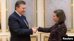 Украина президенті Виктор Янукович (сол жақта) АҚШ мемлекеттік хатшысының көмекшісі Виктория Нуландпен кездесті. Киев, 6 ақпан 2014 жыл.