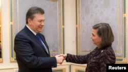 Presidenti Viktor Yanukovich përshëndetet me zyrtaren amerikane Victoria Nuland