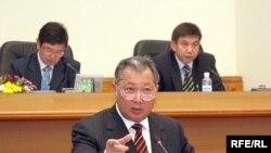 Янги қирғиз конституцияси лойиҳаси президентнинг парламентни қўл учида кўрсатишига тоқат қилмайди.