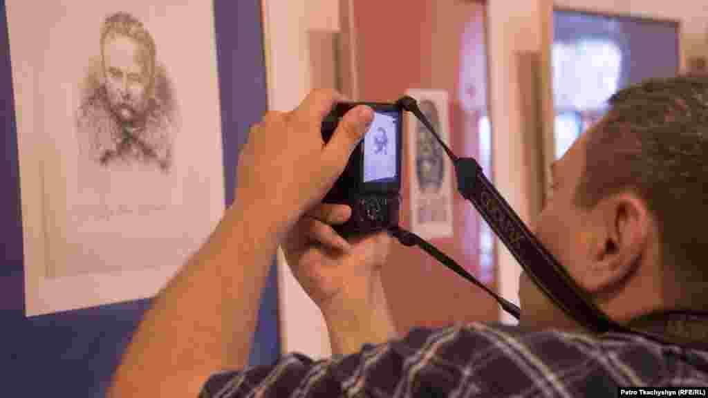 Відвідувач фотографує портрет Івана Франка