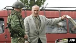 Російський солдат перевіряє авто на контрольно-пропускному пункті Карателі, 1 жовтня 2008 р. (архівне фото)