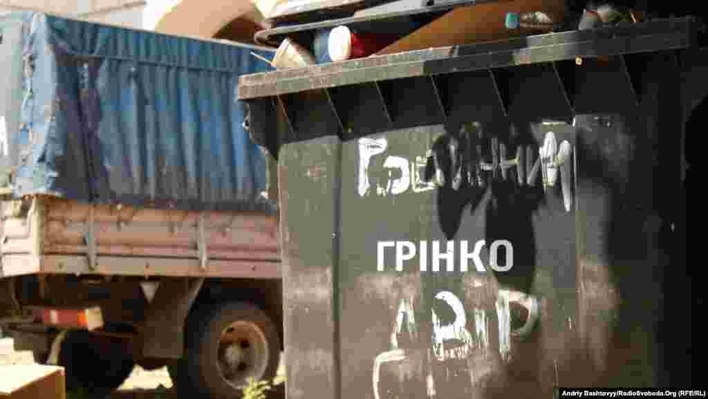 Невідомі, які представилися ремонтниками, заварили ворота Гостиного двору, що на Подолі у Києві.