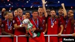 Португалия құрамасының Еуропа чемпионаты кубогын алған сәті. Париж, 10 шілде 2016 жыл.