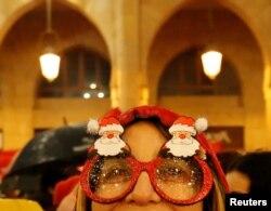 Дівчина «виглядає» Новий рік у Бейруті, Ліван