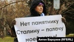 Участница митинга против установки памятника Сталину в Новосибирске
