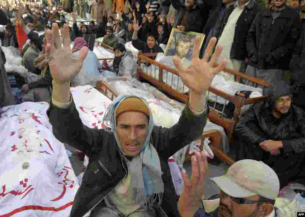 Shi'ite families refusing to bury their dead after twin bombings in Pakistan's troubled southwestern city of Quetta vowed to continue their sit-in protest on January 12 until the army takes over security. (AFP/Banaras Khan)