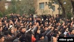 Табриз қаласындағы этникалық әзербайжандардың наразылы туралы видеодан скриншот, Иран. 9 қараша 2015 жыл.