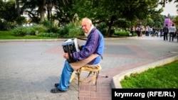 «Мужичок с гармошкой»: музыкальная осень в Севастополе (фотогалерея)