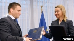 Міністр закордонних справ України Павло Клімкін (ліворуч) і верховний представник ЄС із зовнішньої політики та політики безпеки Федеріка Моґеріні