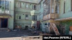 Двор Мергасовского дома завален мусором