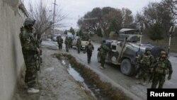 Бійці Афганської національної армії патрулюють біля місця події, 4 січня 2016 року