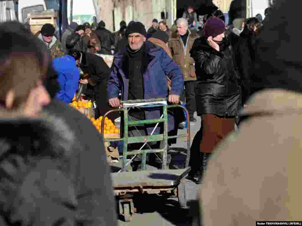 """ურიკის მეპატრონე მორიგი """"რეისის"""" შესასრულებლად მიეშურება - მიუხედავად იმისა, რომ ქალაქში კომფორტული სავაჭრო ცენტრების რაოდენობა გაიზარდა, ბაზარს მუშტარი მაინც არ აკლია."""