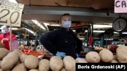 Продавец овощей на рынке в Скопье, столице Северной Македонии. 18 марта 2020