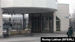 Въезд на территорию алматинской рабочей резиденции президента по улице Фурманова.