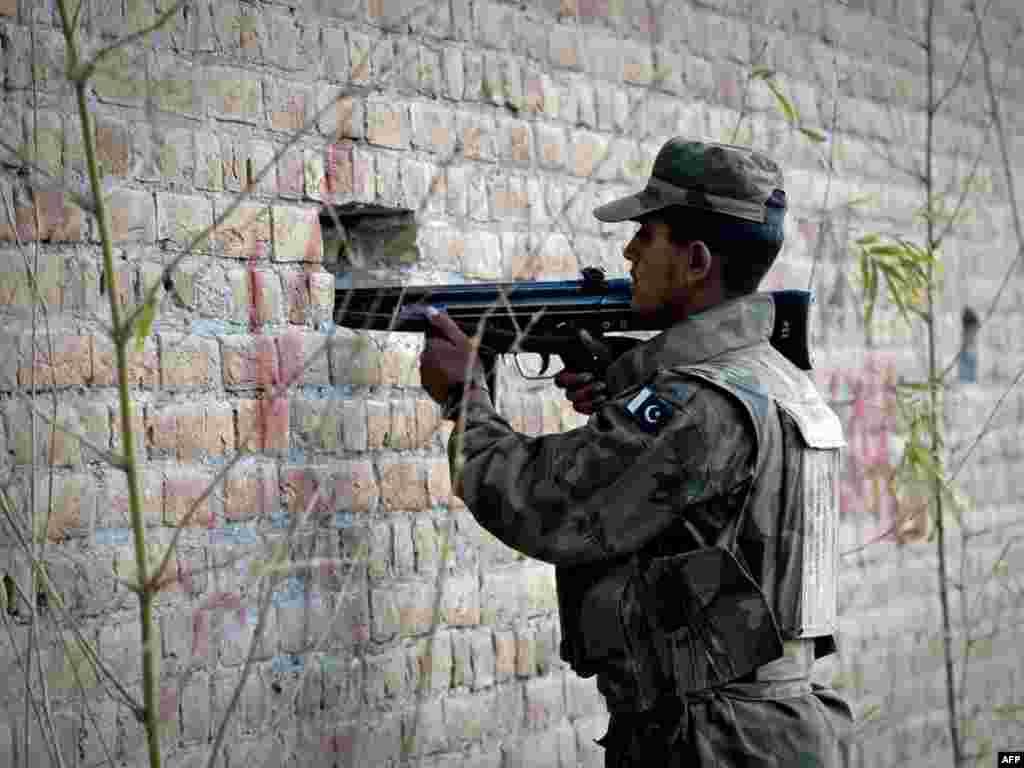 Пакистан -- Солдат займає позицію біля обложеної мечеті в місті Равалпінді - У п'ятницю три смертники відкрили вогонь по віруючих, а потім підірвали себе в мечеті неподалік від військового штабу Пакистану. Загинуло 40 осіб, серед них багато військовихPhoto by Nicolas Asfouri for AFP