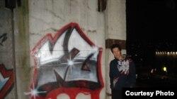 """Буквы """"КЗ"""" Ерлан на своем рисунке в Москве почему-то изобразил истекающими кровью."""