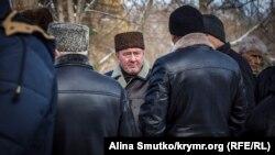 Ильми Умеров в Симферополе под зданием российского Верховного суда Крыма, где рассматривается «дело Чийгоза», 6 декабря 2016 года