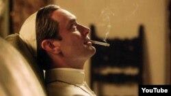"""Jude Law """"Gənc Papa"""" filmində, 2016."""