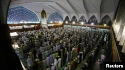 Пакистанські мусульмани під час молитви, архівне фото