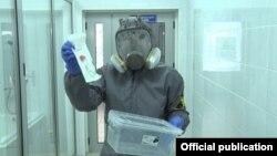 Кыргызстандагы лабораторияда иштеген адам.