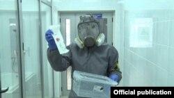 Сотрудник лаборатории в Кыргызстане.