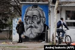 Graffiti pe zidul unei taverne din Belgrad, înfățișându-l pe Karadzic, liderul sârbilor bosniaci în timpul masacrului de la Srebrenița, încă popular în rândul sârbilor ortodocși