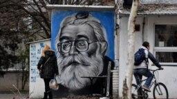 Grafit Radovana Karadžića kao doktora Dabića na jednom zidu u beogradu, ilustrativna fotografija