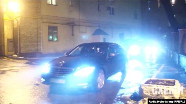 Автомобіль із Юлією Тимошенко заїжджає з чорного входу до Адміністрації президента майже одразу після другого приїзду Арсенія Яценюка