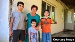 Внуки Муса агъа Мамута Муса (13 лет), Энвер (12 лет), Сабри (5 лет) и его дочь Диляра ханым возле дома