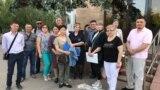 Инициативная группа «неполных дольщиков» снесенного комплекса «Бесоба» в Караганде у здания акимата. Июнь 2019 года.