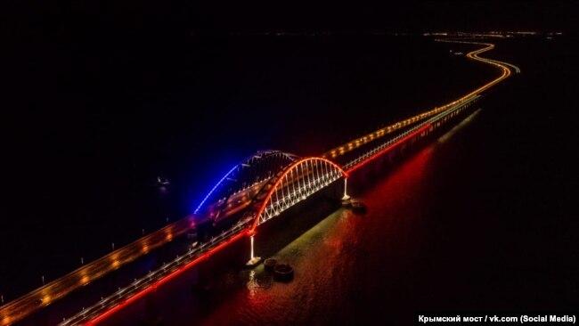 Ночная подсветка Керченского моста