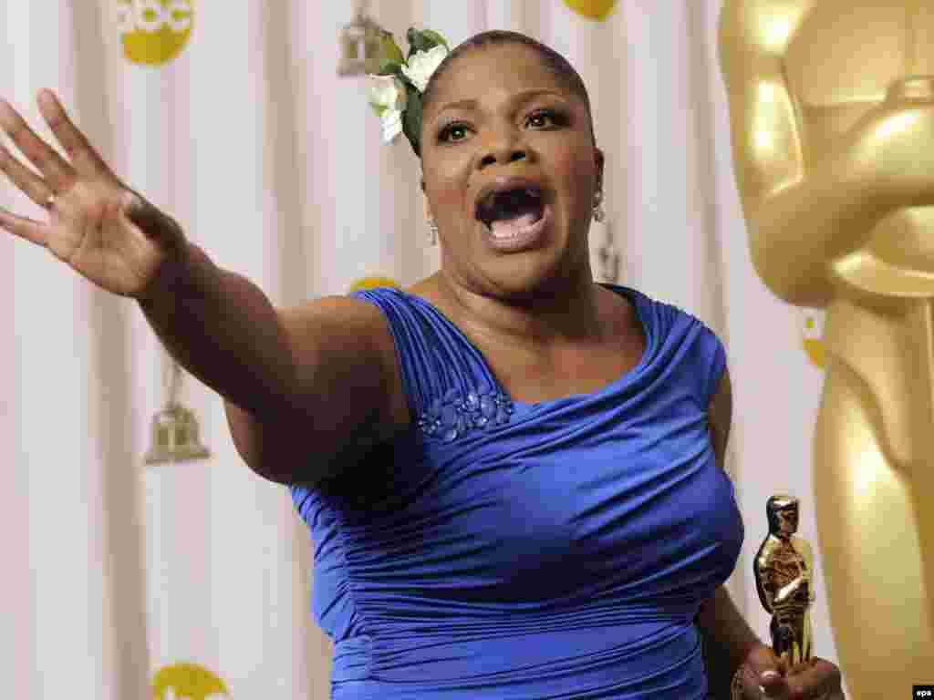 مونیک - اسکار بهترین بازیگر زن نقش مکمل به مونیک، بازیگر فیلم «پرشس» داده شد. مونیک در مراسم بفتا یا اسکار انگلیسی هم همین جایزه را تصاحب کرده بود.