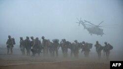 Pușcași marini așteptînd un elicopter la Camp Dwyer în provincia Helmand, Afganistan, 2 iulie 2009