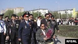 Ветераны советской войны в Афганистане возлагают цветы к Вечному огню. Актобе, 9 мая 2010 года.